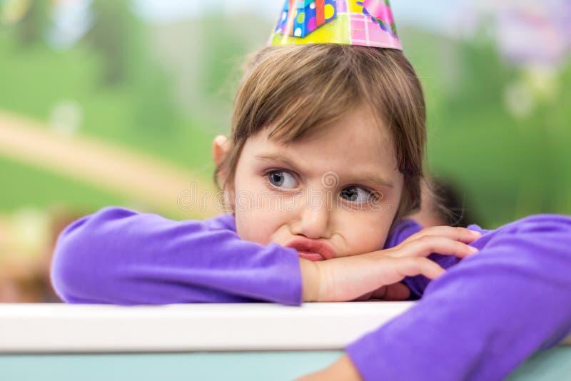 Kleines Baby, das ihren Geburtstag feiert Hut und festliche Stimmung stockfoto