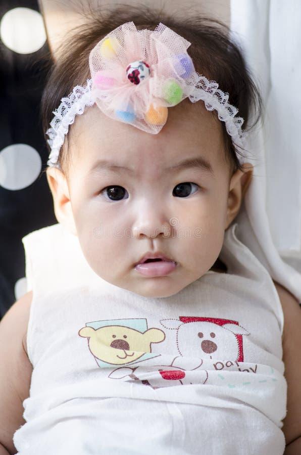 Kleines Baby, das Kamera betrachtet stockbilder