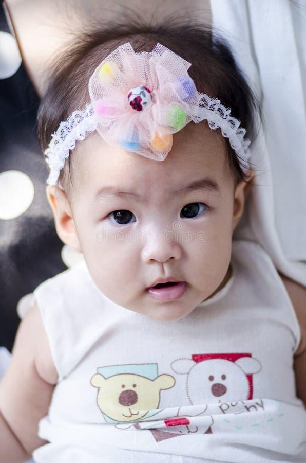 Kleines Baby, das Kamera betrachtet stockfotos