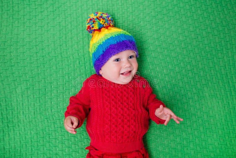 Kleines Baby in der warmen Strickmütze lizenzfreies stockbild