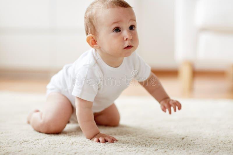 kleines baby in der windel die zu hause auf boden kriecht stockfoto bild von jung kindheit. Black Bedroom Furniture Sets. Home Design Ideas
