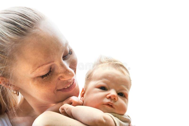 Kleines Baby des liebevollen Muttergriffs lokalisiert auf Weiß stockbild