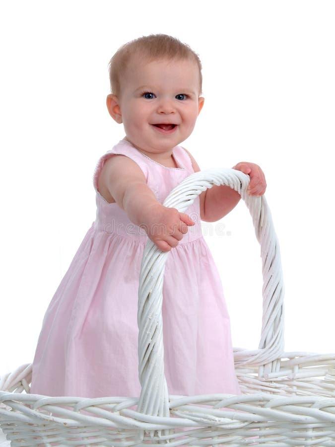 Kleines Baby in einem großen Korb lizenzfreie stockfotografie