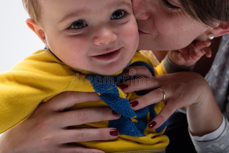 Mutter, Die Ihrer Kleinen Tochter Hilft Zu Pinkeln