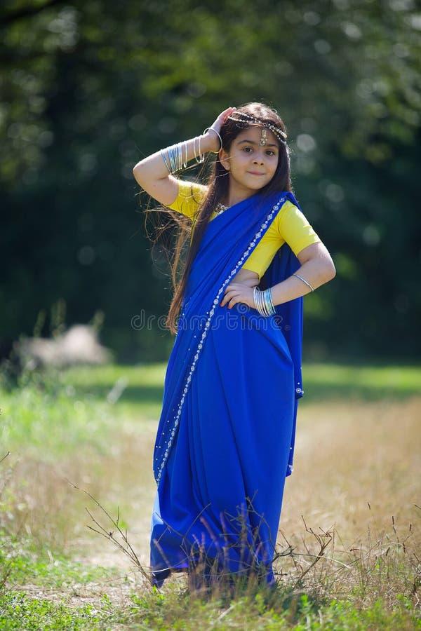 Kleines Baby, gekleidet in einem Sari der indischen Kultur lizenzfreies stockbild
