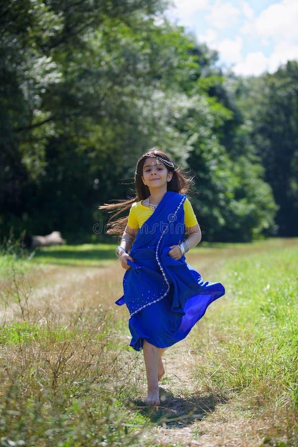 Kleines Baby, gekleidet in einem Sari der indischen Kultur stockfoto