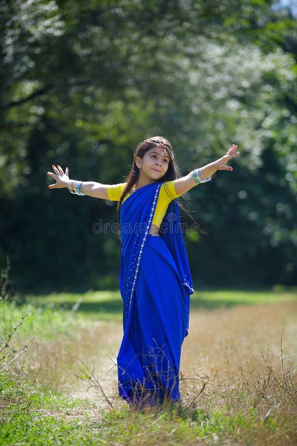 Kleines Baby, gekleidet in einem Sari der indischen Kultur lizenzfreie stockbilder
