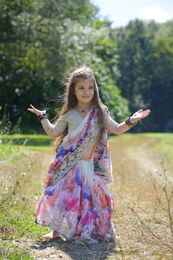 Kleines Baby, gekleidet in einem Sari der indischen Kultur stockbild