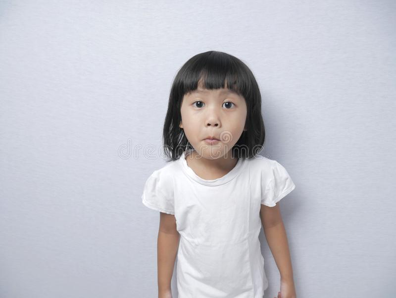 Kleines Baby-Mädchen mit Neugier-Ausdruck stockbilder