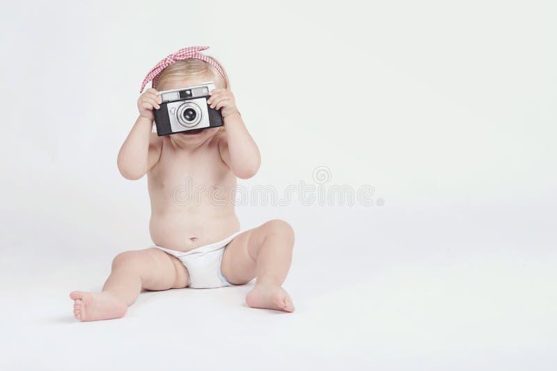 Kleines Baby mit Fotokamera lizenzfreie stockbilder