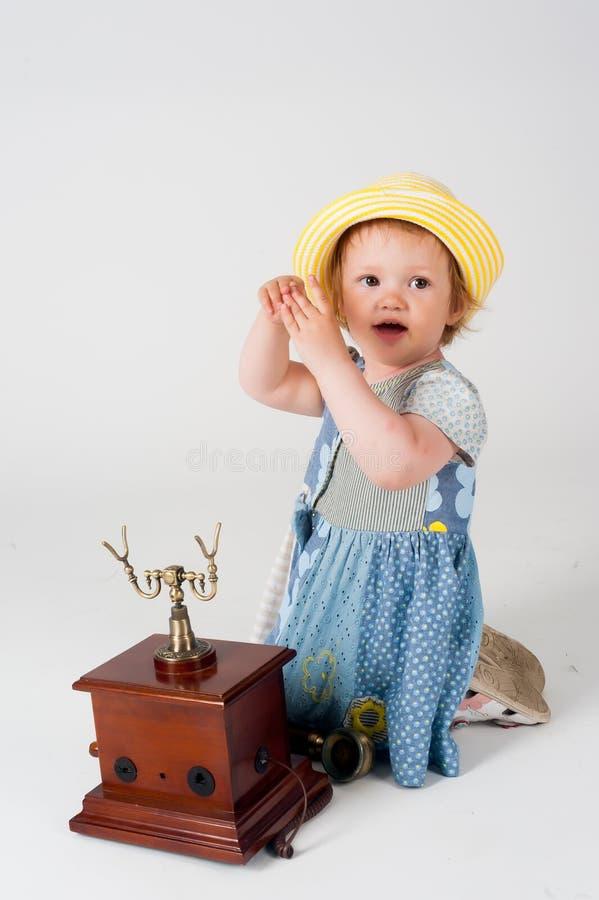 Kleines Baby mit Retro- Telefon stockfotografie