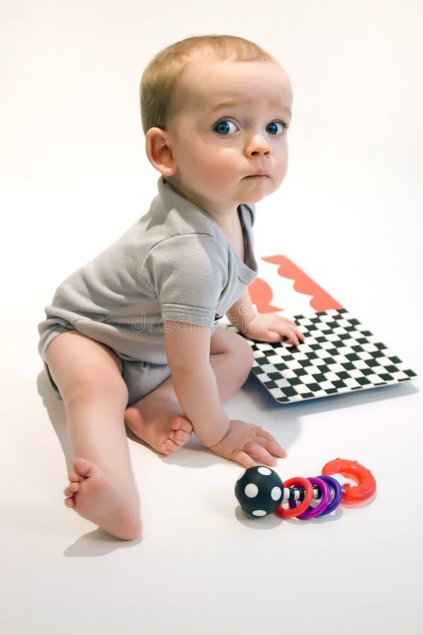 Kleines Baby mit Spielwaren stockfotografie