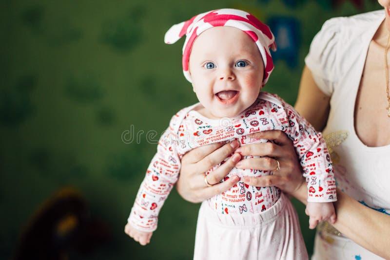 Kleines Baby und ihre Mutter Lustiger Babyhut mit den Ohren, wie einer Kuh lizenzfreies stockbild