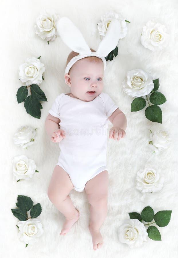 Kleines Babykind im Kaninchenhut stockfotos