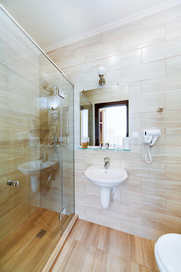 kleines badezimmer der hotelzimmer mit dusche und waschbecken stockfoto bild von hotel haar. Black Bedroom Furniture Sets. Home Design Ideas