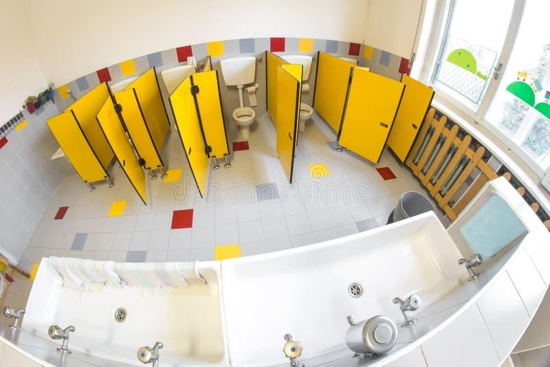 Download Kleines Badezimmer Einer Schule Für Kinder Mit WC Stockfoto    Bild: 48663481