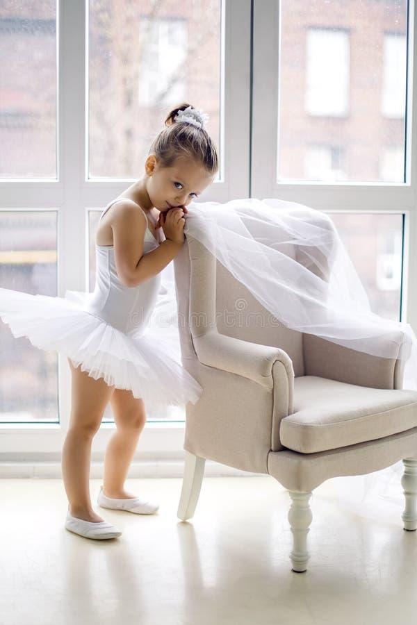 Kleines Ballerinamädchen 2 Jahre im Studio stockfotografie