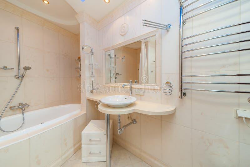 Kleines beige Badezimmer stockbild