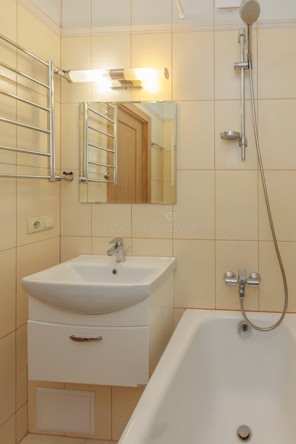 Kleines beige Badezimmer lizenzfreie stockfotos