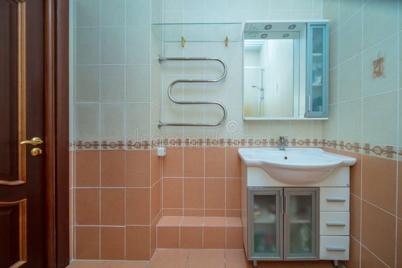 Kleines beige Badezimmer lizenzfreies stockfoto