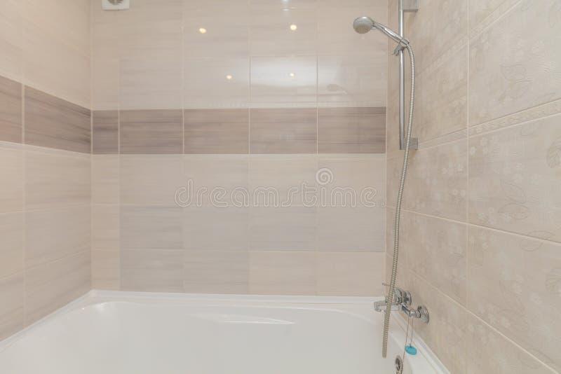 Kleines beige Badezimmer stockbilder