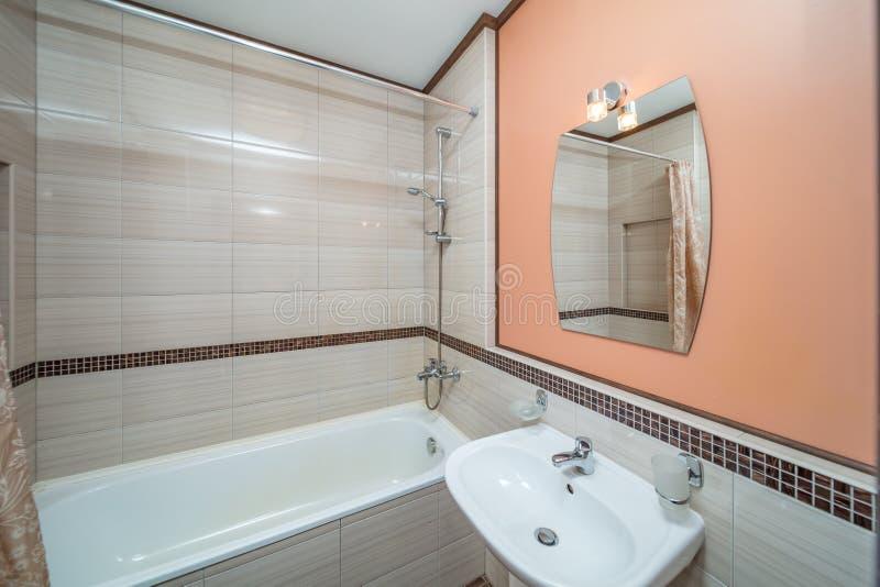 Kleines beige Badezimmer stockfoto