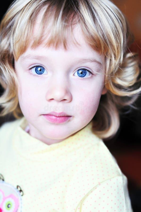 Kleines blauäugiges hübsches Mädchen lizenzfreies stockfoto
