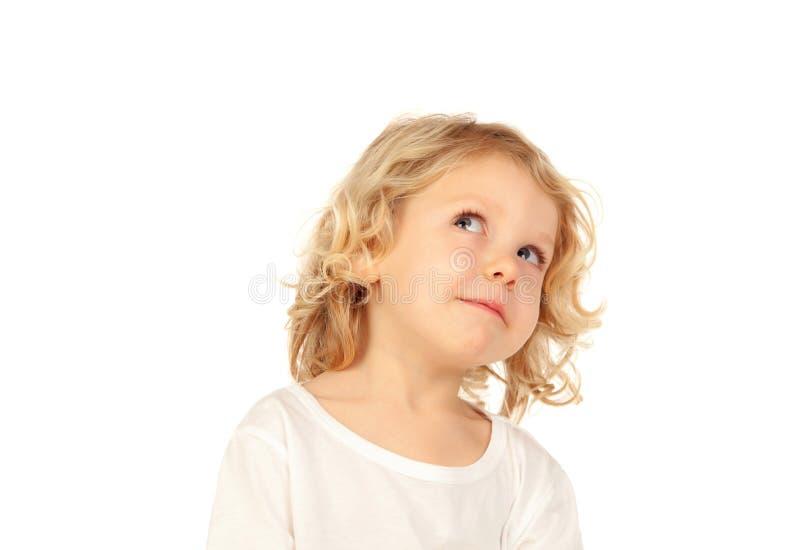 Kleines blondes Kind, das etwas sich vorstellt stockfoto