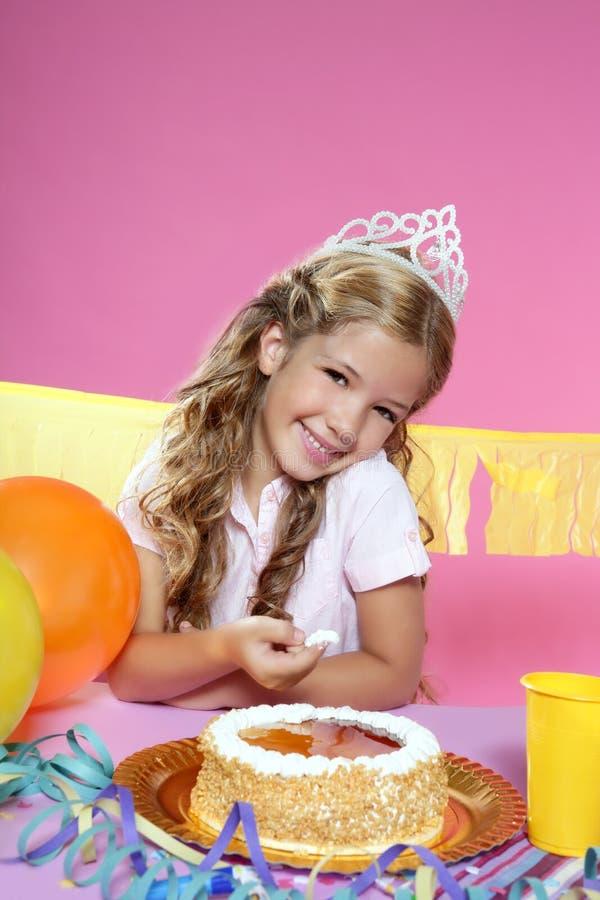 Kleines blondes Mädchen in einer Geburtstagsfeier stockfotografie
