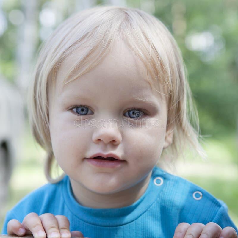 kleines blondes Mädchen mit blauen Augen lizenzfreies stockfoto