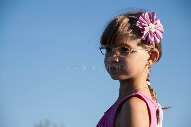 Kleines blondes Mädchen mit Gläsern stockbilder