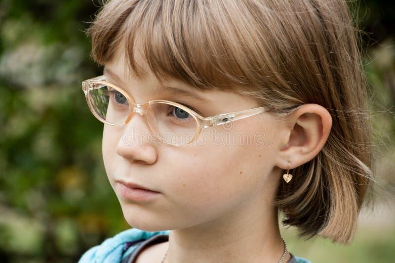 Kleines blondes Mädchen mit Gläsern lizenzfreie stockfotos