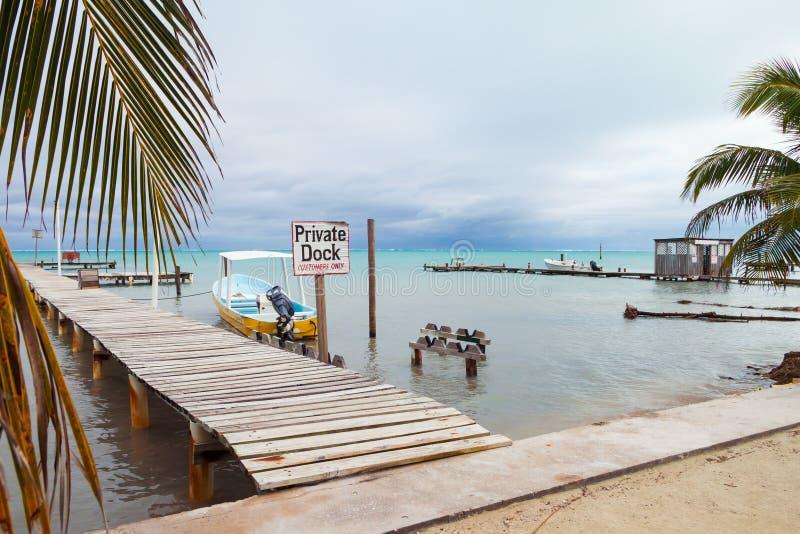 Kleines Boot, Beiträge und privates Dock-Zeichen festmachend lizenzfreie stockfotografie