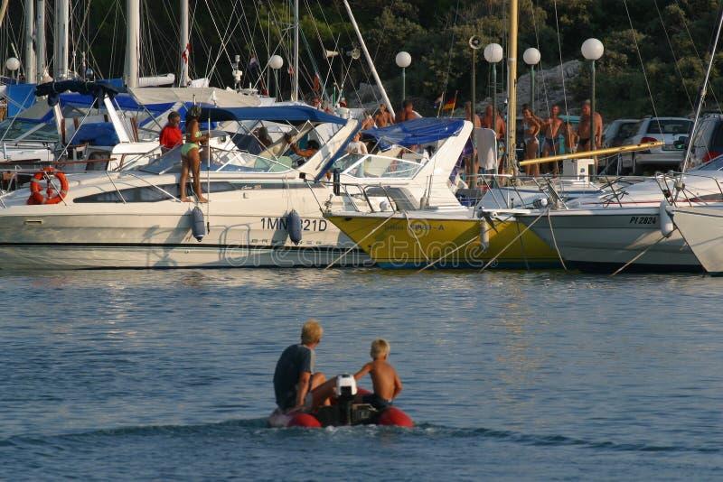 Kleines Boot, das in Jachthafen kommt lizenzfreies stockfoto