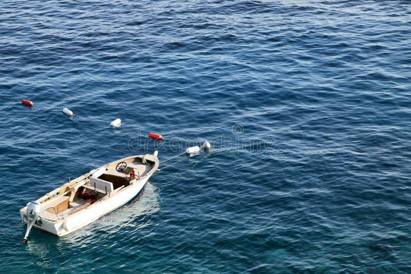 Kleines Boot im blauen Meer an einem hellen sonnigen Tag Raum f?r Text stockfotografie