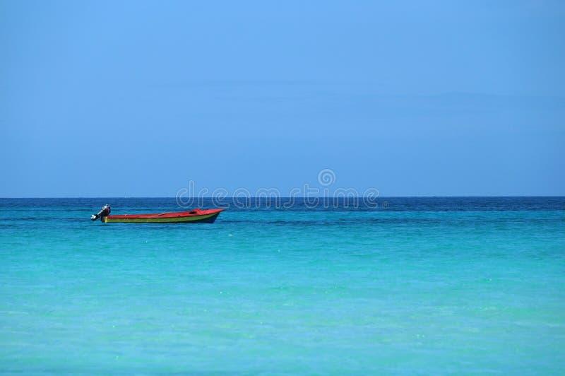 Kleines Boot im carribean Meer stockfotografie