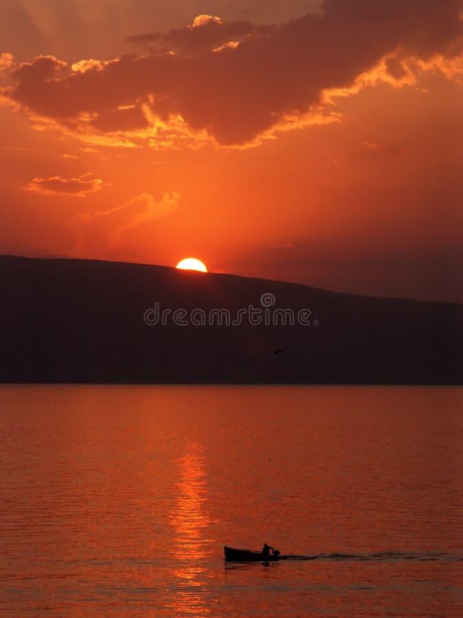 Kleines Boot Und Ein Sonnenuntergang Stockfoto