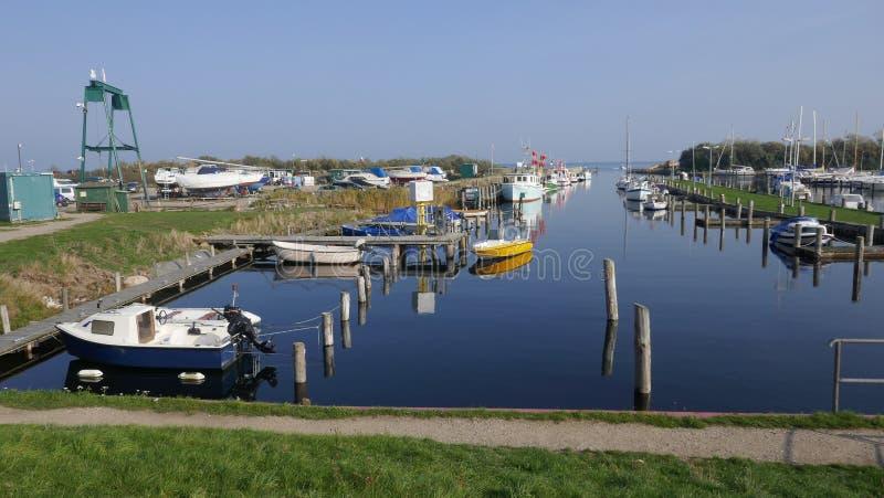 Kleines Boot und Fischereihafen auf der Ostsee stockfotos
