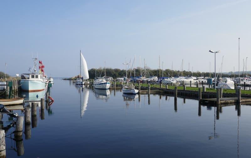 Kleines Boot und Fischereihafen auf der Ostsee lizenzfreie stockbilder