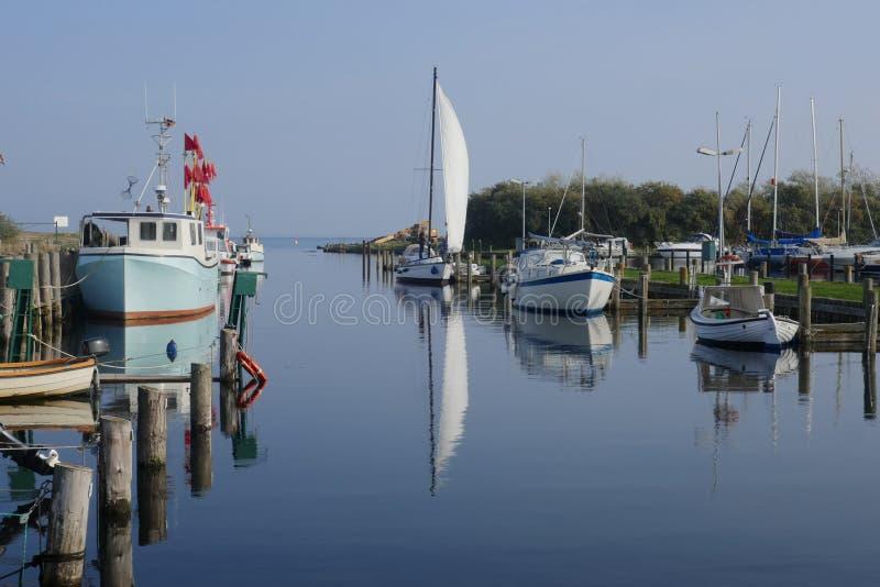 Kleines Boot und Fischereihafen auf der Ostsee stockbilder