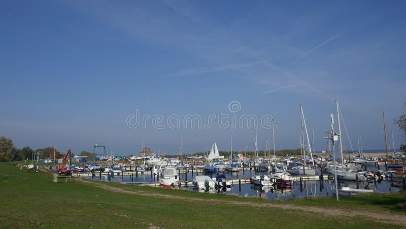 Kleines Boot und Fischereihafen auf der Ostsee deutschland stockfotografie