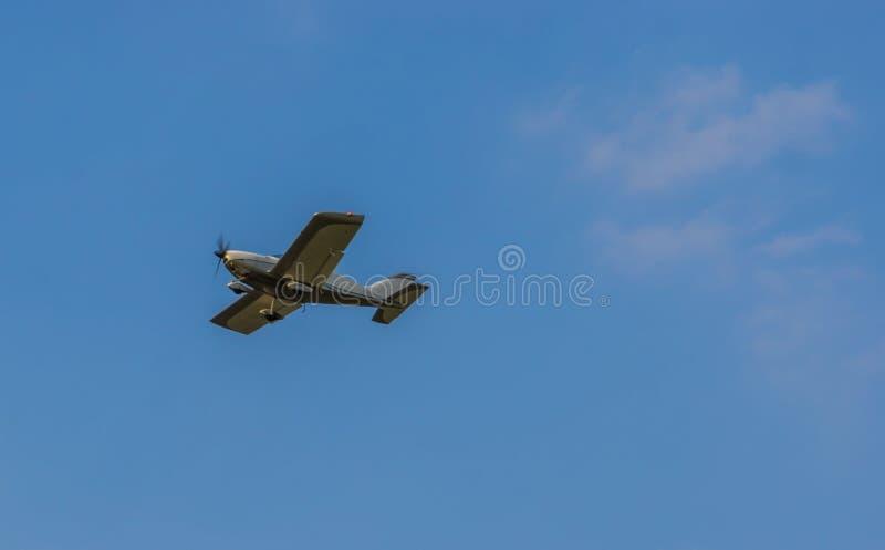 Kleines Bremsungsflugzeugfliegen in einem sauberen blauen Himmel, in einem Lufttransport, in Hobbys und in einem Sport lizenzfreie stockfotos