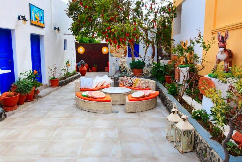 Kleines Café in Santorini-Insel in Griechenland lizenzfreies stockbild