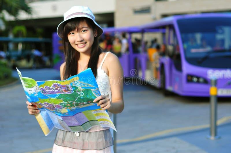 Kleines chinesisches asiatisches touristisches Mädchen mit Karte lizenzfreies stockfoto