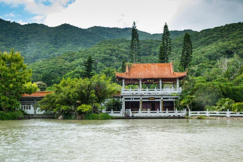 Kleines Chinesisches Haus Auf See Stockfoto - Bild von pagode ...