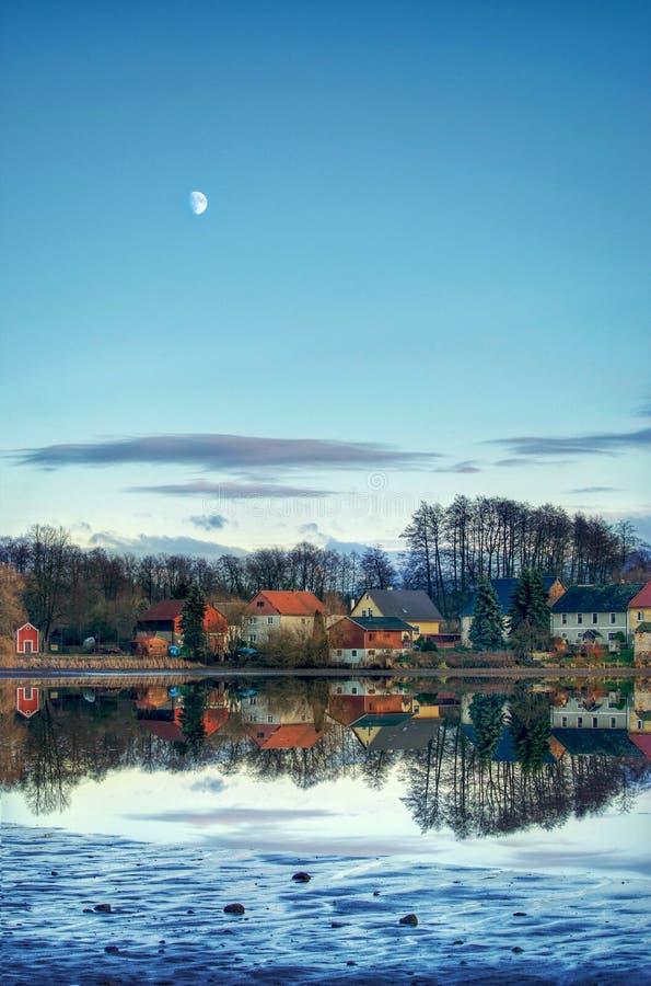 Kleines Dorf östlich am Monat stockfotografie