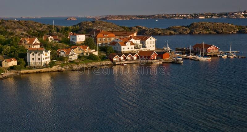 Kleines Dorf an der Küste in Schweden stockbilder
