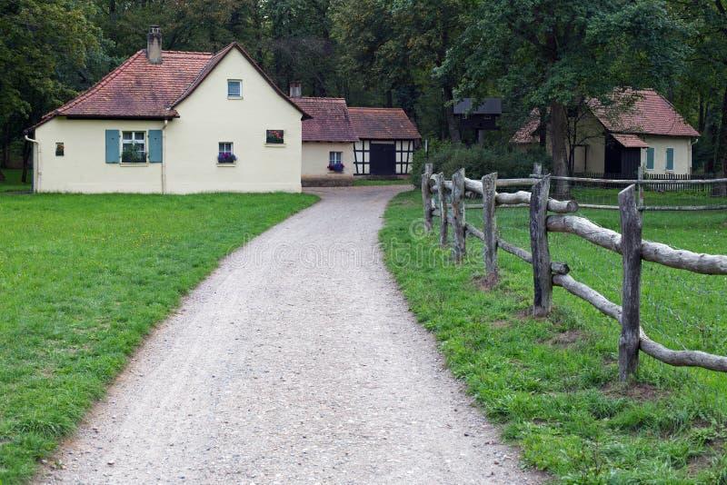 Kleines Dorf im Wald stockbild