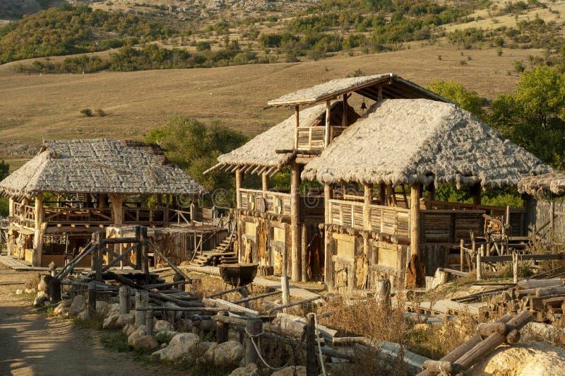 Kleines kleines Dorf mit Viking-Häusern auf der Küste von einem See stockfoto