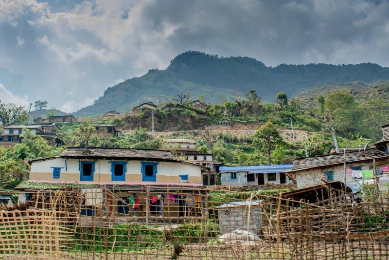Kleines Dorf siedelte im Tal zwischen den Hügeln des Himalaya-Gebirges an lizenzfreies stockfoto